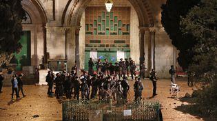 Les forces de sécurité d'Israël se déploient devant la mosqué al-Aqsa à Jérusalemen le 7 mai 2021. (AHMAD GHARABLI / AFP)