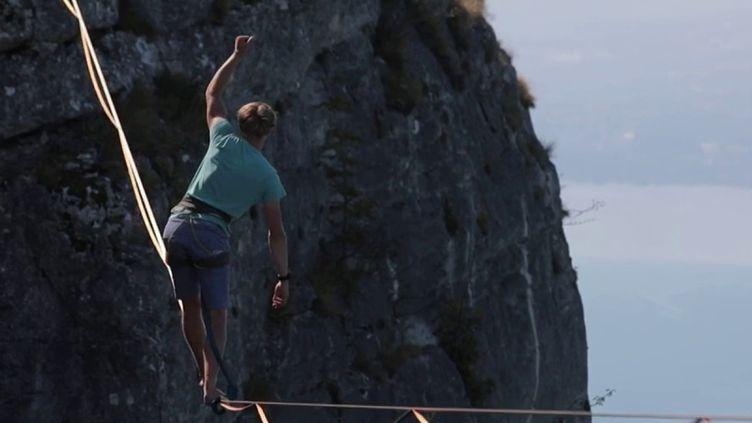 Antoine Mesnage sur sa highline, au-dessus du vide. (DR)