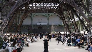 Le défilé Chanel au Grand Palais avec une réplique de la tour Eiffel, à Paris, le 4 juillet 2017. (PATRICK KOVARIK / AFP)