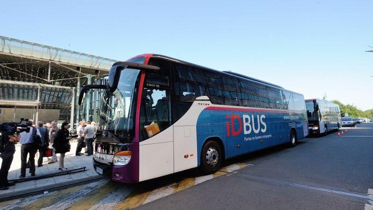 Des passagers attendent de voyager par autocar via IDBUS, le 23 juillet 2012, dans le nord de Lille (Nord). (DENIS CHARLET / AFP)