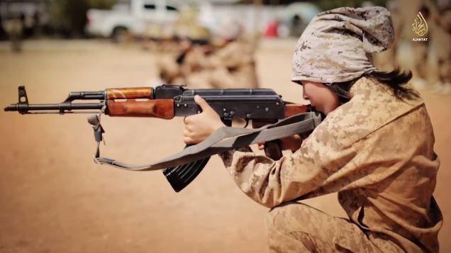 Capture d'écran d'une vidéo de l'Etat islamique publiée en novembre 2014 et présentant un jeune combattant. ( AL-HAYAT MEDIA / FRANCETV INFO )