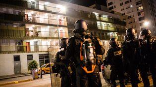 Image des tensions à Grenoble dans le quartier Mistral dans la nuit de samedi 4 à dimanche 5 mars. (ETIENNE BOUY / MAXPPP)