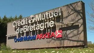 Des salariés du réseau bancaire Arkéa manifestent ce jeudi 17 mai afin de quitter le groupe Crédit Mutuel. (FRANCE 3)