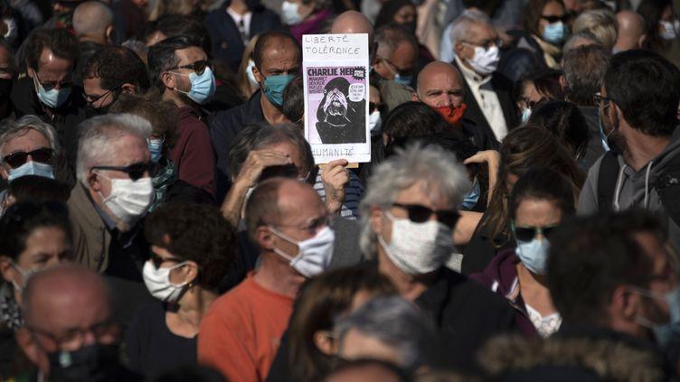 """Un pancarte avec une une de """"Charlie Hebdo"""", lors d'une manifestation à Marseille,en hommage à Samuel Paty, le 18 octobre 2020. (CHRISTOPHE SIMON / AFP)"""