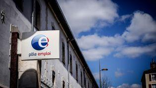Le logo de Pole emploi à l'entrée d'une agence à Cahors, dans le Lot, le 1er avril 2020. (GARO / PHANIE / AFP)