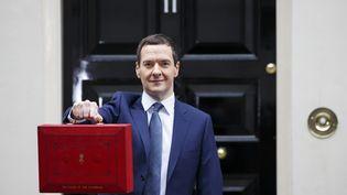 Le ministre des Finances, George Osborne, devant le 11Downing Street à Londres, le 8 juillet 2015. (TOLGA AKMEN / ANADOLU AGENCY)