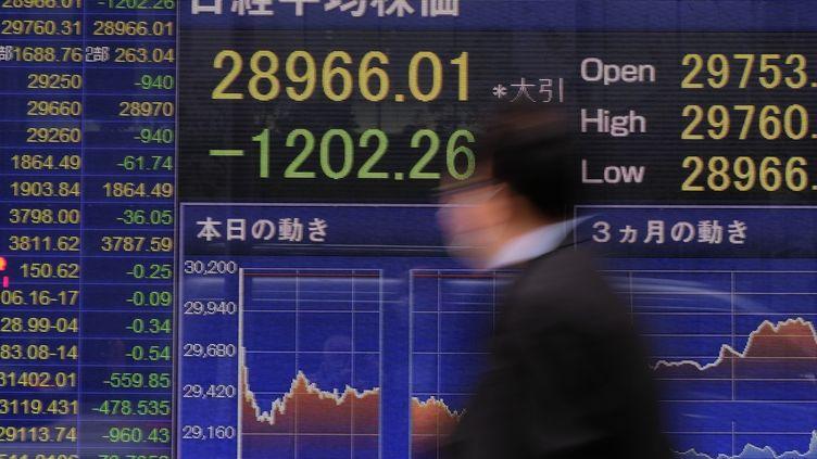 La banque japonaiseNomuras'est effondrée de 16% à Tokyo lundi 29 mars,sous l'effet de la vente massive de titres de la part du fonds américainArchegosCapital. Photo d'illustration. (KAZUHIRO NOGI / AFP)