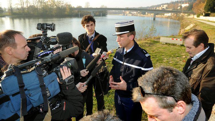 Le capitaine Alexandre Gurret, officier de communication de la gendarmerie, lors d'une conférence de presse à Trévoux (Ain) sur les recherches consacrées à Alexis Mentrel, le 23 novembre 2011. (LAURENT THEVENOT / LE PROGRES / PHOTOPQR / MAXPPP)