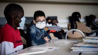 Des élèves portant le masque, le 1er septembre 2020, dans une école àBron,dans la métropole de Lyon. (JEFF PACHOUD / AFP)