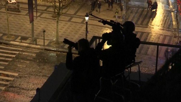 """Des snipers postés sur les toits de Paris, lors de la manifestation des """"gilets jaunes"""", le 1er décembre 2018. (REUTERS)"""