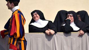 Des religieuses attendent le pape François place Saint-Pierre au Vatican, le 2 avril 2014. (GABRIEL BOUYS / AFP)