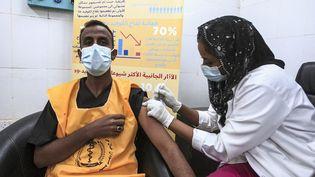 Un travailleur médical reçoit une dose du vaccin contre le Covid-19 dans un hôpital deKhartoum,au Soudan, le 9 mars 2021. (EBRAHIM HAMID / AFP)