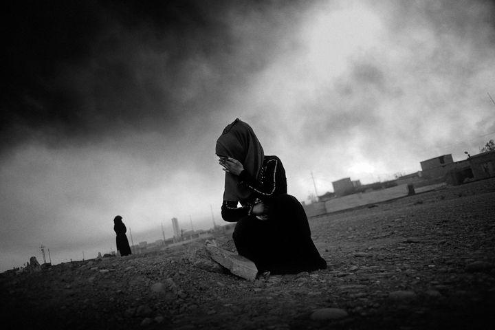 Jeune femme pleurant devant la tombe de sa mère à Mossoul  (Jan Grarup / laif)