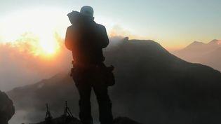 Florent Mamelle, ingénieur de formation, chasse désormais les volcans avec son appareil photo. (FRANCE 2)