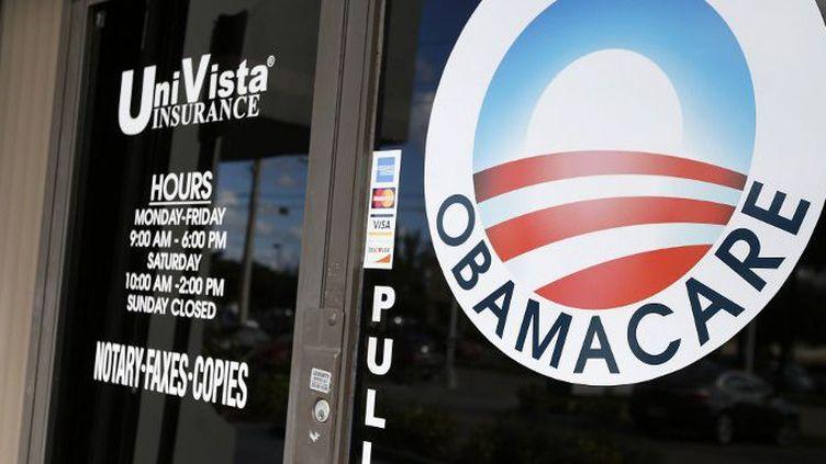 Un logo Obamacare sur la porte de l'agence d'assurance UniVista à Miami, en Floride, le 10 janvier 2017. (RHONA WISE / AFP)