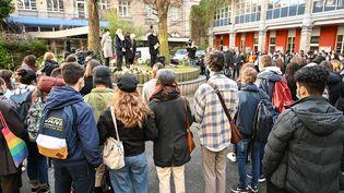 Les élèves et le personnel éducatif se réunissent dans la cour du lycée Fénelon à Lille, le 18 décembre 2020, pour rendre hommage à une élève transgenre deux jours après son suicide. (DENIS CHARLET / AFP)