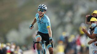 Le coureur cycliste colombien Miguel Angel Lopez franchit la ligne d'arrivée de la 17e étape du Tour de France 2020, le 16 septembre 2020 à Méribel (Savoie). (BENOIT TESSIER / POOL / AFP)