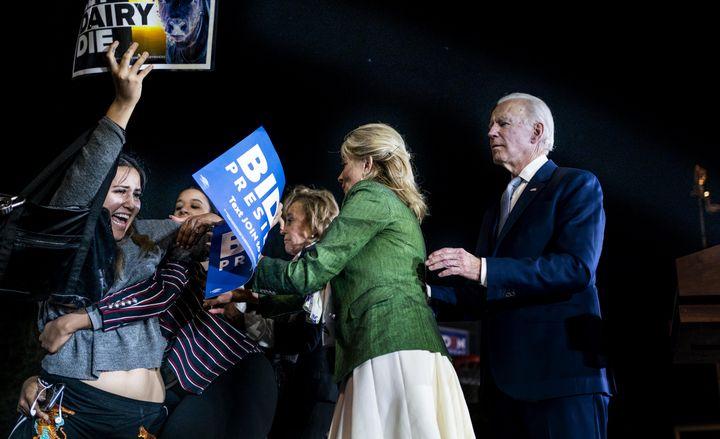 Jill Biden, aux côtés de son mari, s'oppose à des militants végans lors d'un meeting à Los Angeles (Californie, Etats-Unis), le 3 mars 2020. (MELINA MARA / THE WASHINGTON POST / GETTY IMAGES)