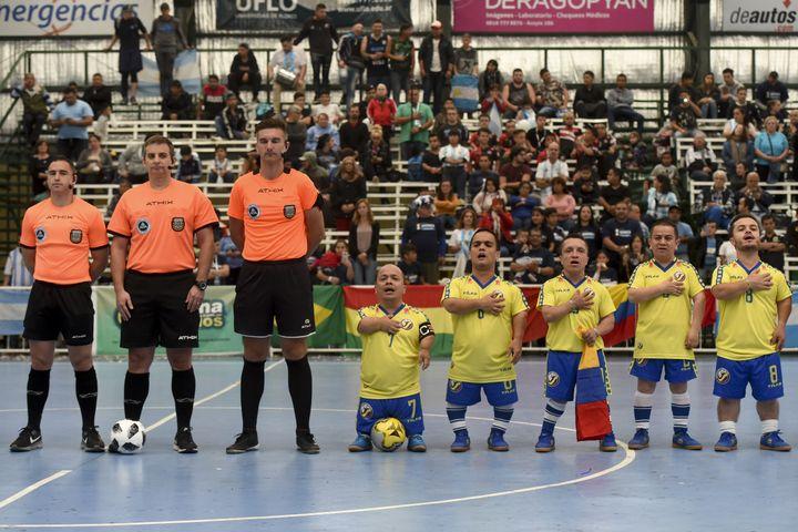 L'équipe colombienne lors de la Copa América destinée aux nains, à Buenos Aires, le 25 octobre 2018. (EITAN ABRAMOVICH / AFP)