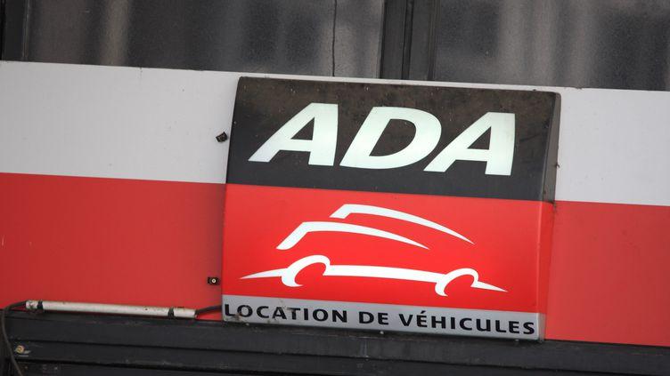L'enseigne du loueur de voitures, ADA. (PHILIPPE TURPIN / MAXPPP)