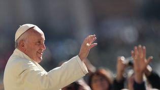 Le pape François salue la foule avant son audience générale hebdomadaire, le 2 mars 2016, au Vatican. (VINCENZO PINTO / AFP)