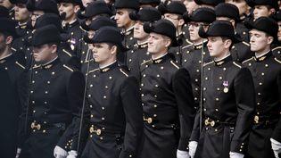 Des élèves de Polytechnique défilant sur les Champs-Elysées, le 14 juillet 2014. (  MAXPPP)