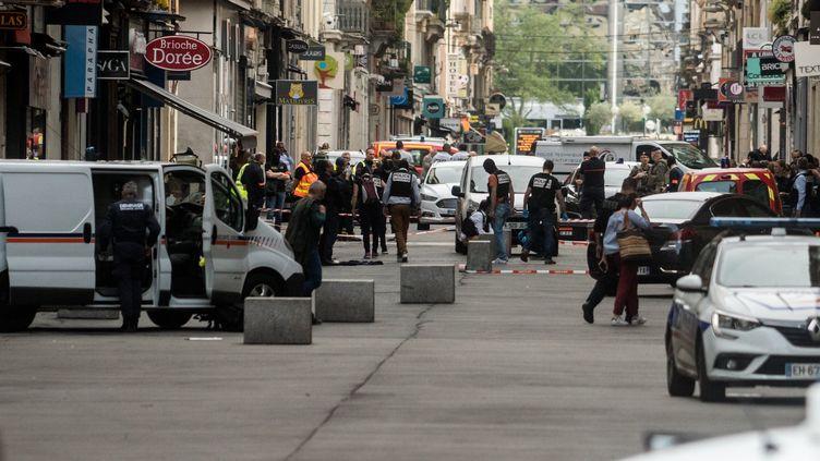 Des policiers dans une la rue Victor-Hugo, dans le 2e arrondissement de Lyon, après une explosion survenue le 24 mai 2019. (NICOLAS LIPONNE / NURPHOTO / AFP)