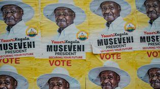 Des affiches du président ougandais Yoweri Museveni, candidat à son 6e mandat présidentiel, sur un mur à Kampala, en Ouganda, le 4 janvier 2021. (SUMY SADURNI / AFP)