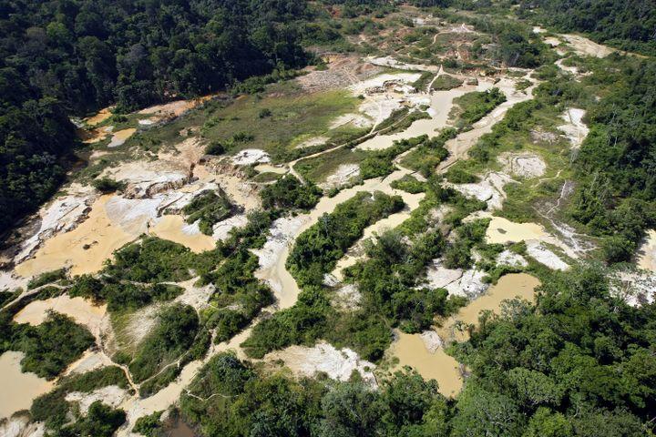 Vue aérienne d'un site d'exploitation aurifère clandestin près de Saint-Laurent-du-Maroni (Guyane), le 6 septembre 2007. (JODY AMIET / AFP)