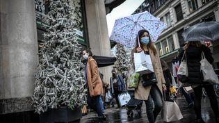 Des passants masqués dans la rueà Paris, le 24 décembre 2020. (STEPHANE DE SAKUTIN / AFP)