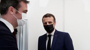 Emmanuel Macron et Olivier Véran, le lundi 1er mars 2021. (BENOIT TESSIER / POOL)