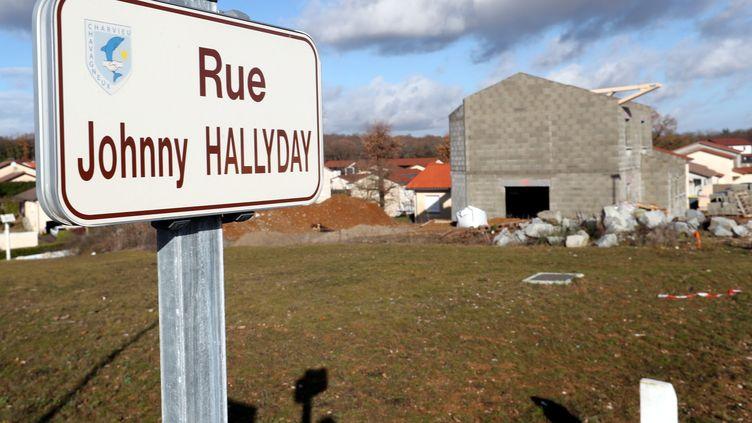 Un panneau de la rue Johnny-Hallyday sur la commune de Charvieu-Chavagneux, en Isère. (MAXPPP)
