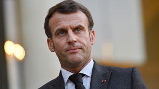 Emmanuel Macron lors d'une rencontre avec le chef du conseil présidentiel libyen Mohamed El-Menfi, le 23 mars 2021, à Paris. (JULIEN MATTIA / ANADOLU AGENCY / AFP)