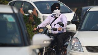 Un Indien se protège de la pollution de l'air, à New Delhi (Inde), le 28 octobre 2016. (DOMINIQUE FAGET / AFP)