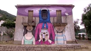 La création de Julien Dit Seth sur le mur du presbytère de Balogna  (Culturebox / capture d'écran)