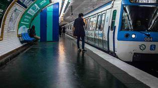 Des voyageurs patientent sur le quai du métro lors de la 27e journée de grève contre la réforme des retraites, le 31 décembre 2019 à Paris. (MATHIEU MENARD / HANS LUCAS / AFP)