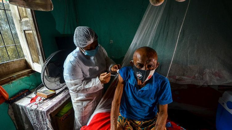 Un Brésilien reçoit une injection du vaccin contre le Covid-19, le 16 avril 2021 à Moju (Brésil). (JOAO PAULO GUIMARAES / AFP)