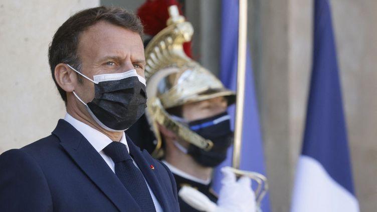Emmanuel Macron, le 27 avril 2021, au palais de l'Élysée, à Paris. (LUDOVIC MARIN / AFP)