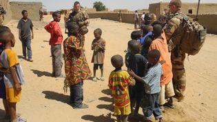 Patrouille de la force française Barkhane dans Tillit, un village du Mali, le 1er novembre 2017. (DAPHNE BENOIT / AFP)