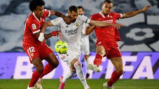 Karim Benzema et Jules Koundé lors du match entre le Real Madrid et Séville, le 9 mai 2021. (PIERRE-PHILIPPE MARCOU / AFP)