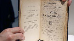 """Une édition originale du roman """"Du côté de chez Swann"""" de Proust, présentée chez Sotheby's à Paris (30 mai 2016)  (François Guillot / AFP)"""