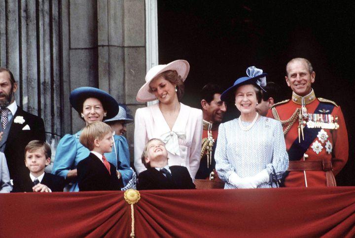 (Revue de troupes en 1997. La reine aux côtés de la princesse Diana. Sourires en public, relations orageuses en privé avec une princesse iconique. © Maxppp)