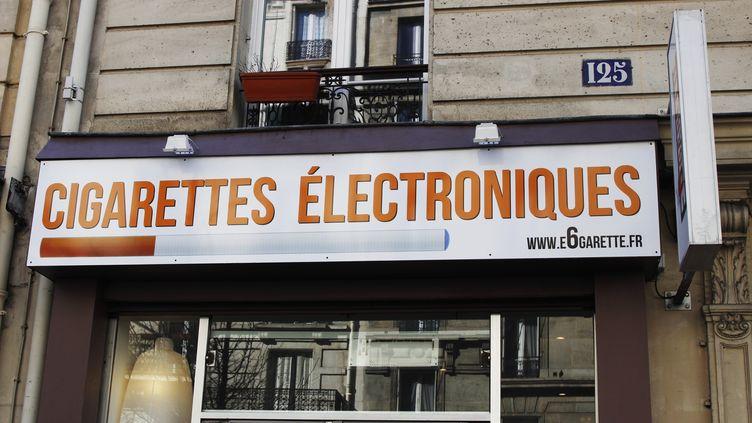 Une boutique vendant des cigarettes électroniques, à Paris, le 6 septembre 2013. (XAVIER RICHER / PHOTONONSTOP)
