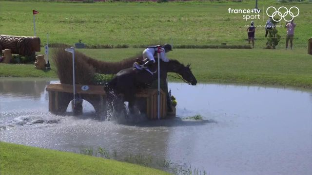 Le cheval du Danois Peter Flarup, est resté coincé sur un obstacle lors de l'épreuve de Cross Country. Une frayeur pour le cavalier et son cheval qui terminent à la 45e place.