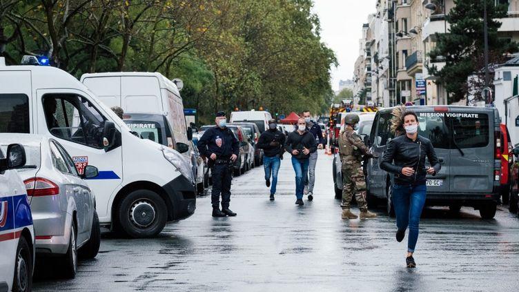 """Des policiers dans le 11e arrondissement de Paris après l'attaque qui a fait deux blessés devant les anciens locaux de """"Charlie Hebdo"""", le 25 septembre 2020. (MARIE MAGNIN / HANS LUCAS / AFP)"""