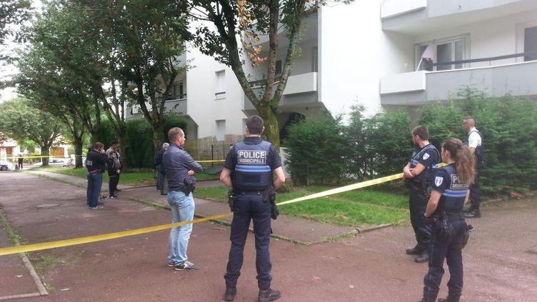 La police a bouclé l'entrée de l'immeuble où un jeune de 17 ans a été tué par balle ce mercredi dans le quartier de la Bastide à Limoges. (Jérôme Ostermann / Radio France)