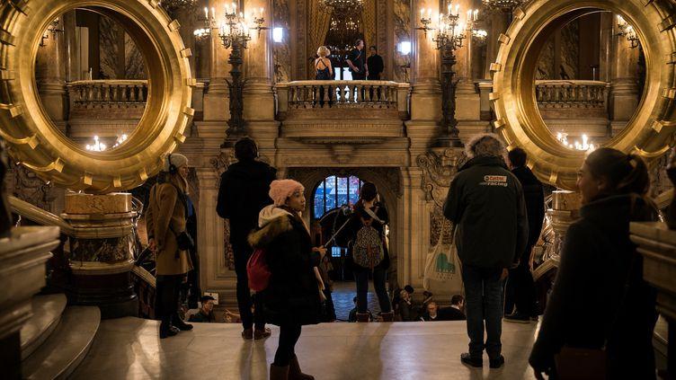 Deux pneus dorés géants du plasticien Claude Lévêque ont été installés à l'Opéra Garnier le 30 décembre 2018. (LIONEL BONAVENTURE / AFP)