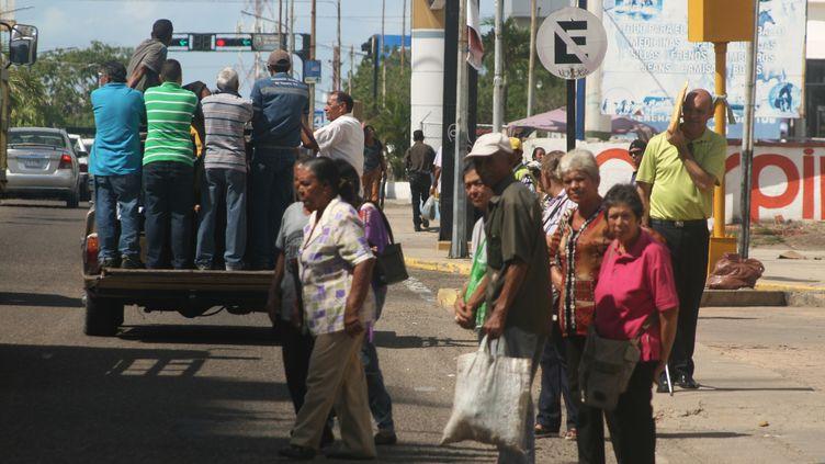 Des Vénézuéliens dans les rues de Maracaibo, le 19 juillet 2018. (HUMBERTO MATHEUS / NURPHOTO / AFP)