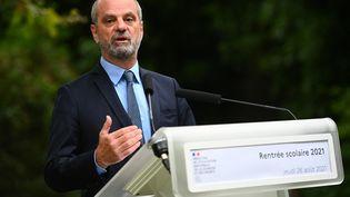 Le ministre de l'Education nationale, Jean Michel-Blanquer, lors d'une conférence de presse à Paris, le 26 août 2021. (CHRISTOPHE ARCHAMBAULT / AFP)