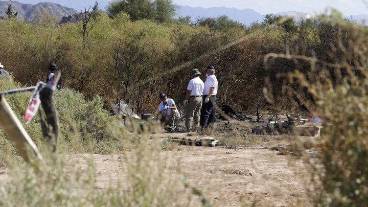 Des équipes d'enquête argentines et françaises sur le site du crash de l'émission Dropped, le 12 mars 2015, à Villa Castelli, dans la province de Rioja en Argentine. (YANN FOREIX / MAXPPP)